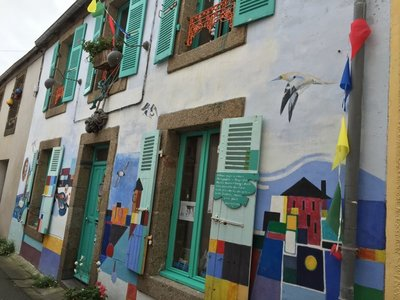 Very arty farty in Cabaret Sur Mer. Lots of galleries and this house painted by its owner...