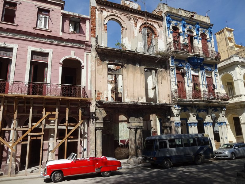 Habana Centro - dilipadated buildings waiting to be restored