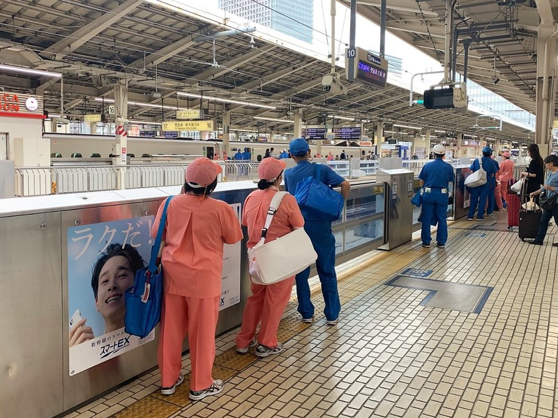 Shinkansen cleaners ready to rush on to the train