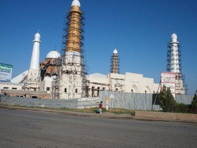 Neubau Moschee in Shimkent, habe ich gedacht - ist aber eine Petro-Chemie-Fabrik, wurde belehrt