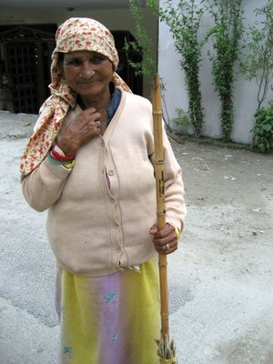 Old_woman_with_broom.jpg