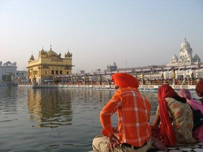 Amritsar_GoldenTempleSikhs