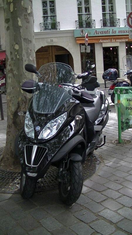 Unusual bike in Paris with 2 front wheels