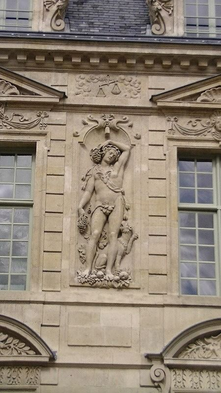 Architecture - Amazing carved statues everywhere - Paris