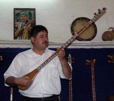 3673422-Lute_style_Uzbek_instrument_Samarkand.jpg