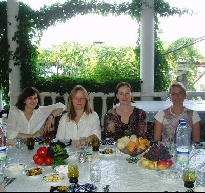 3679328-Dinner_in_a_family_home_Uzbekistan.jpg