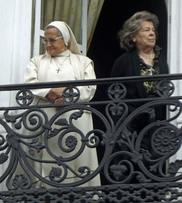 6468771-Watching_the_parade_Cuenca.jpg