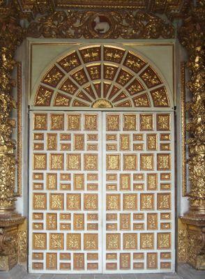 6468974-Door_of_La_Compania_Quito.jpg