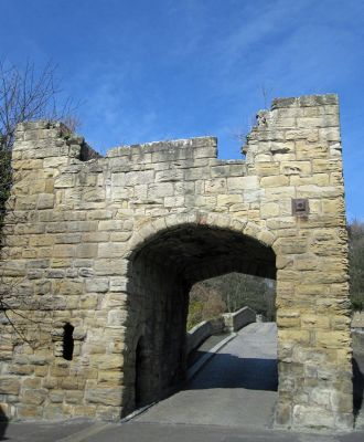 6626178-Medieval_gatehouse_Warkworth.jpg
