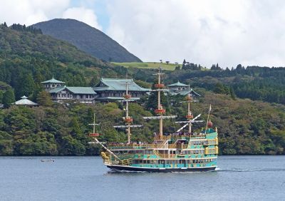 6892902-Lakeside_hotel_and_pirate_ship_Hakone.jpg