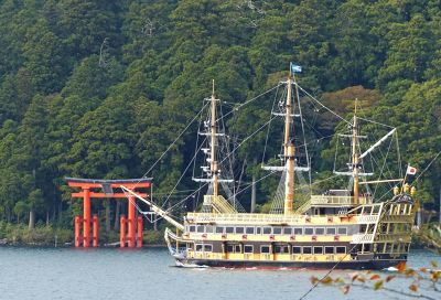 6892914-Shrine_with_pirate_ship_Hakone.jpg