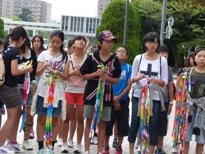 6909855-Visiting_school_children_Hiroshima.jpg