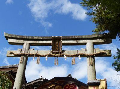6916307-The_torii_gate_Kyoto.jpg