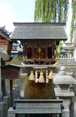 6927567-Small_shrine_by_the_river_Takayama.jpg