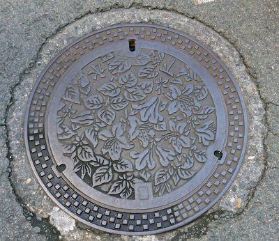 6927587-Manhole_cover_Takayama.jpg