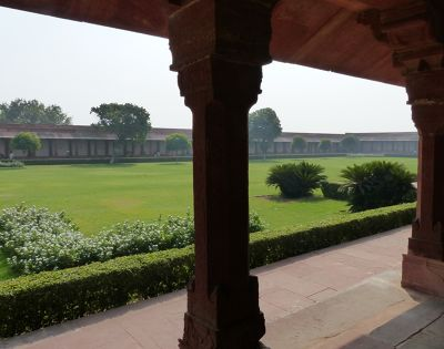 7521995-Diwan_i_Am_and_garden_Fatehpur_Sikri.jpg
