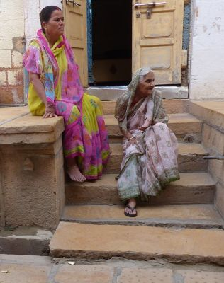7536620-Local_women_in_the_fort_Jaisalmer.jpg