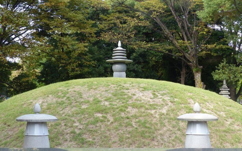 large_6909899-Atomic_Bomb_Memorial_Mound_Hiroshima.jpg