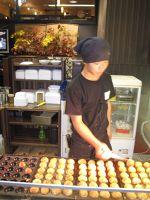 6900460-Cooking_takoyaki_Osaka.jpg