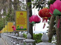The causeway leading to Tran Quoc Pagoda
