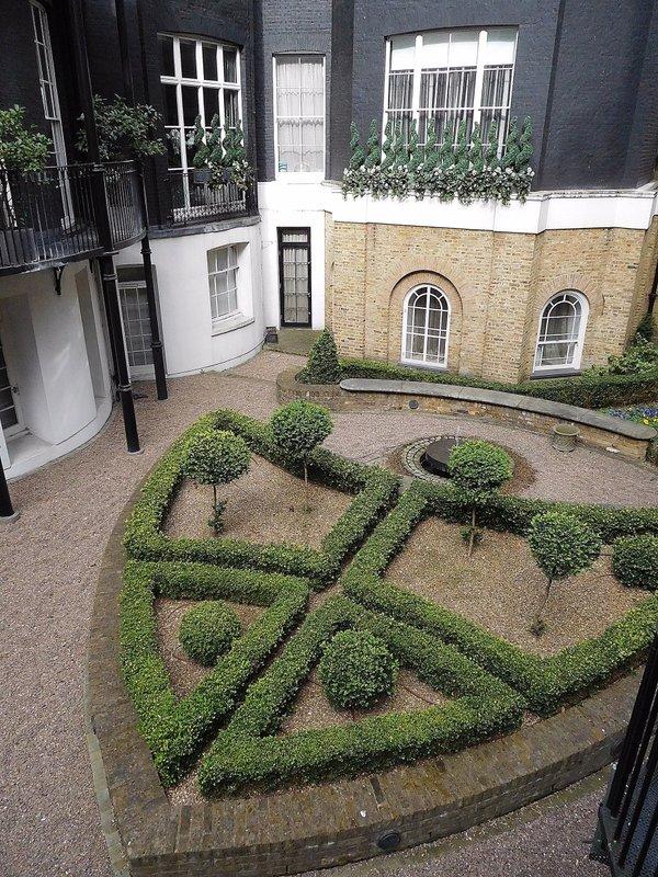 Curzon Square: sunken garden