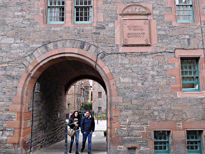 EDDEAN 12a Well Court entrancel