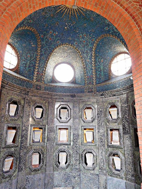CREMATORIUM Columbarium apse