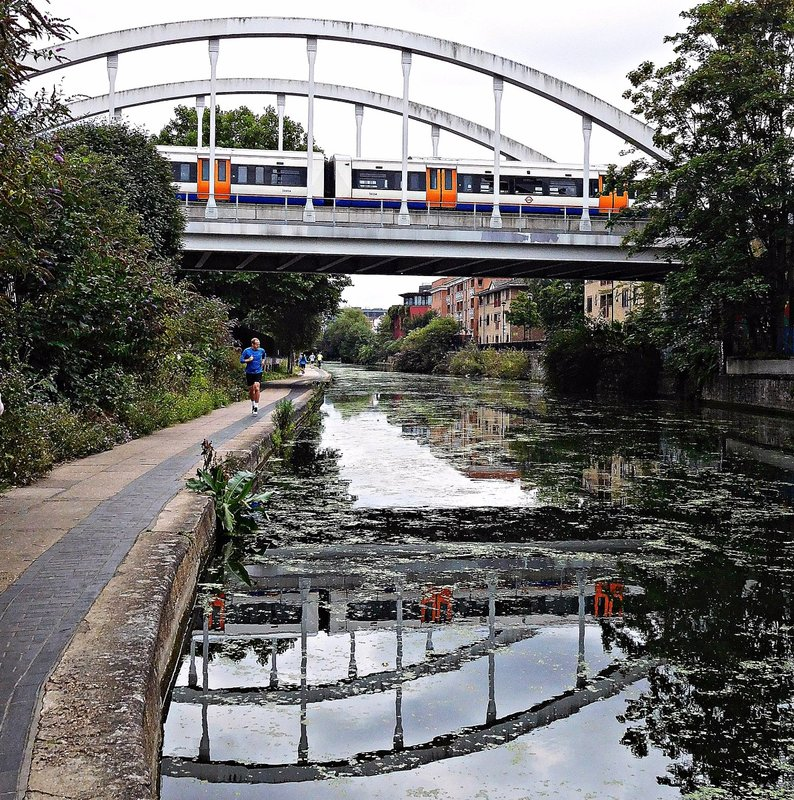 Railway bridge south of Haggerston Station