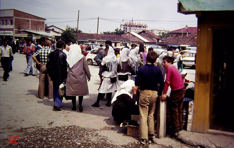 Peja 1975 Street scene with ladies