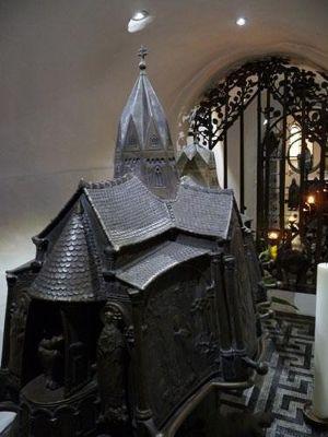 200494514908225-Shrine_of_Sa..rypt_Essen.jpg