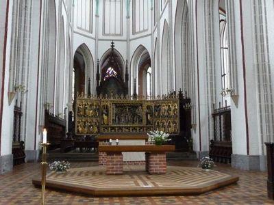 4533544-Dom_main_altar_and_choir_Schwerin.jpg