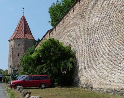4579223-Lagebuschturm_and_town_wall_Rostock.jpg