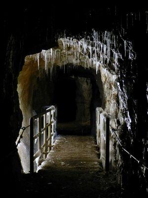 6077701-Icy_tunnel_Garmisch_Partenkirchen.jpg