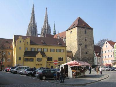 6470984-Herzogshof_gate_and_tower_Regensburg.jpg