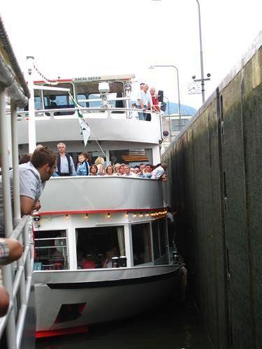 Cruise boats in the Zeltingen river lock (2) - Zeltingen-Rachtig