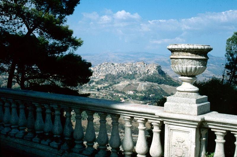 large_7295406-Landscape_view_from_Enna_Sicilia.jpg
