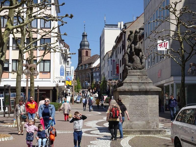 https://photos.travellerspoint.com/871166/large_990624727613196-Upper_end_wi.._Pirmasens.jpg