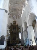 4579176-Choir_and_main_altar_Rostock.jpg