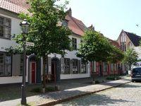 4579211-In_the_front_yard_Rostock.jpg