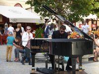 7180201-Street_Artists_in_Rynek_Wroclaw.jpg