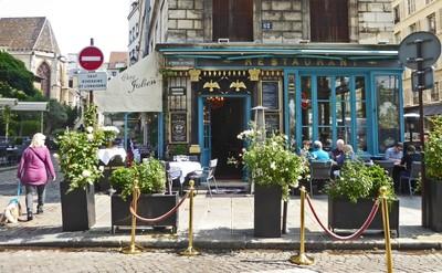 Chez Julien at the corner of rue des Barres and rue de l'Hôtel de Ville<br />Notice the lady on the left with her beret-wearing dog