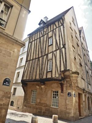 Corner of rue Grenier sur l'Eau and rue des Barres in Paris