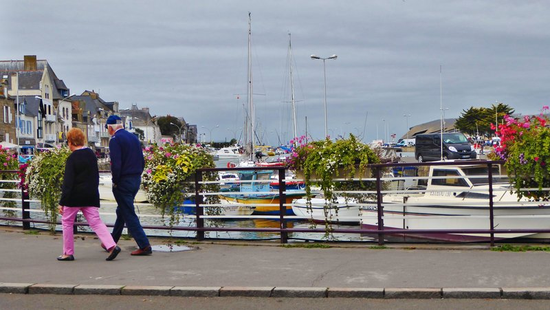 Walking along the harbor in Le Croisic