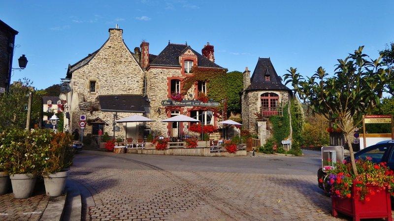 Restaurant across from Parking Pl. St. Michel