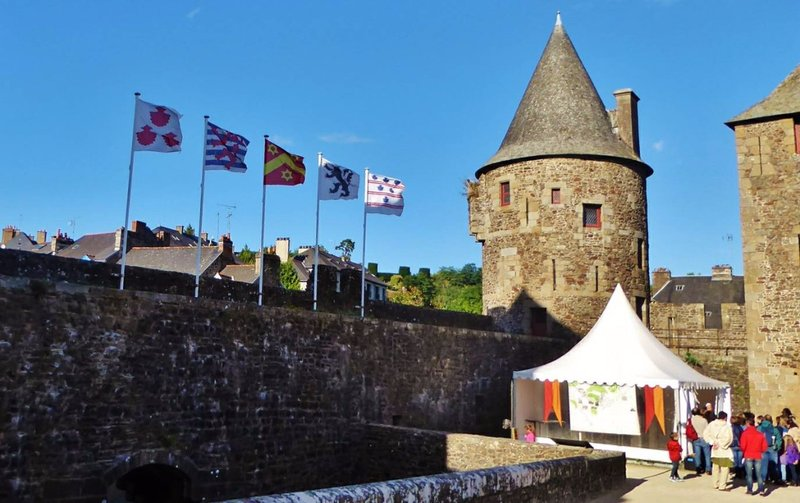 Food tent near the entrance of Château de Fougères