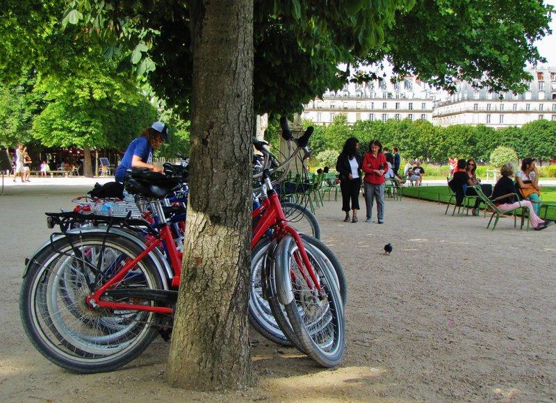 Fat Tire Bike Tour taking a snack break in the Tuileries Gardnes