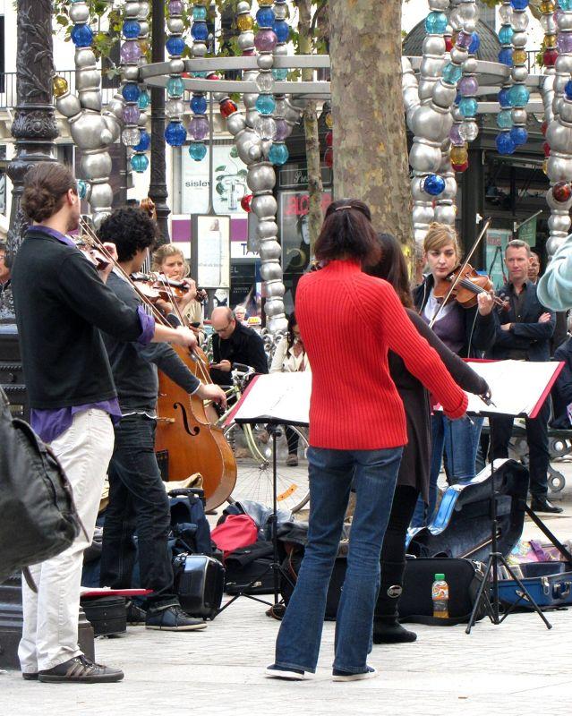 Free entertainment at Pl. du Palais Royal - Paris