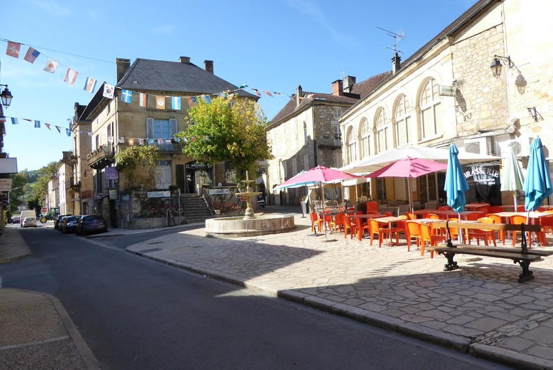 Fountain and cafés on rue Gambetta near the Tourist Office