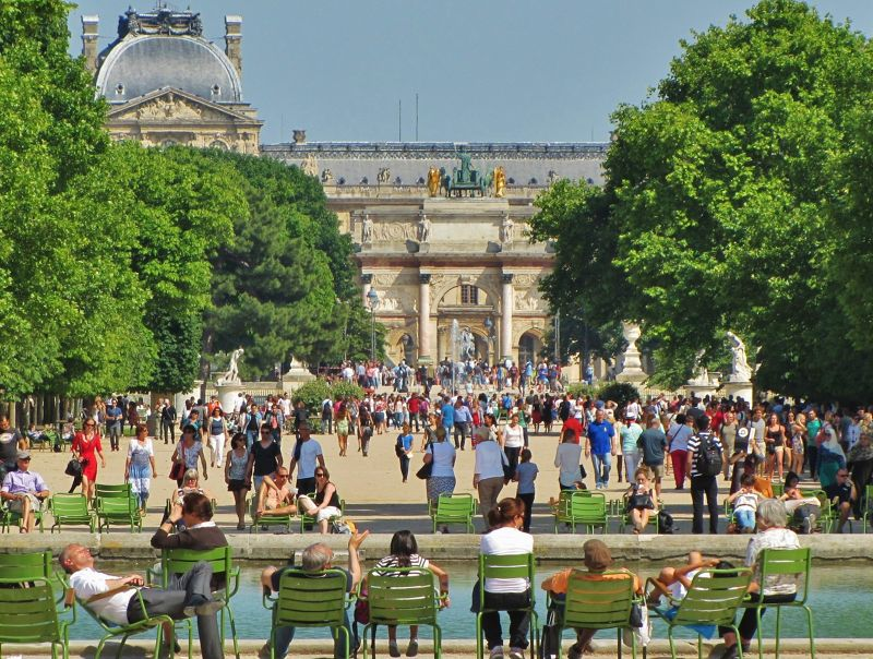 Crowds in the Tuileries on a hot summer day.