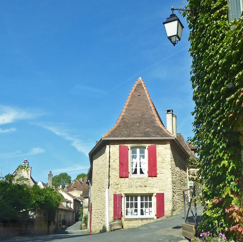 House at the intersection of rue du Port and rue Grand in Limeuil